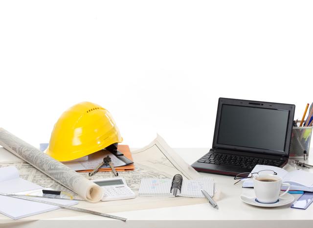 机に置かれた設計道具とパソコン