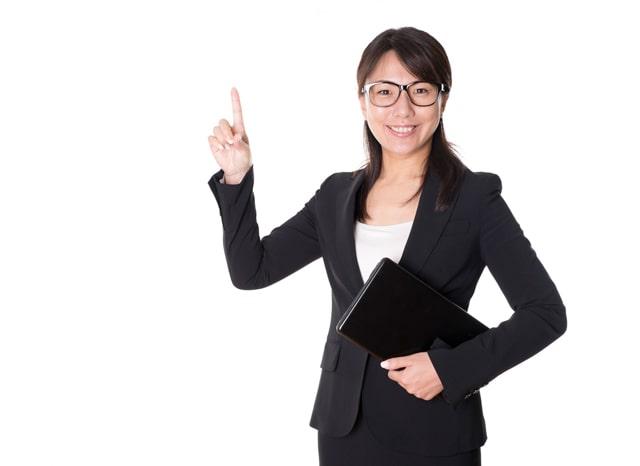 カバンを持って指を立てている女性