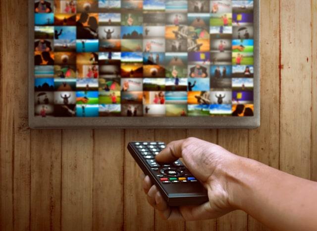 テレビのチャンネルを変える人