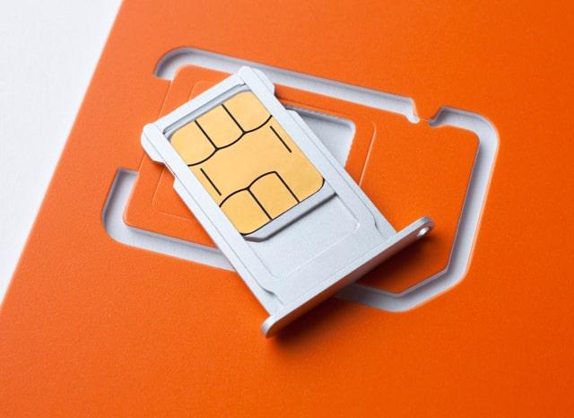 オレンジと白の2枚のSIMカード