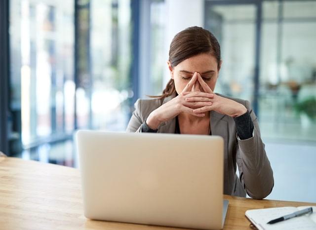 パソコンを見ながら困っている女性