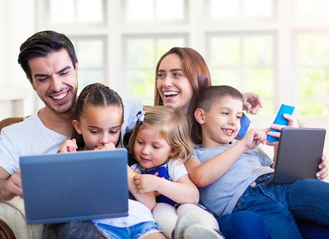 パソコンを見て喜ぶ家族