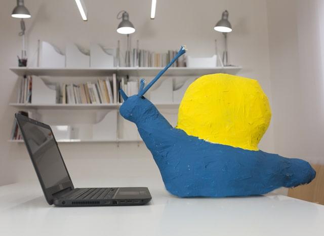 パソコンの近くに置かれたカタツムリの模型