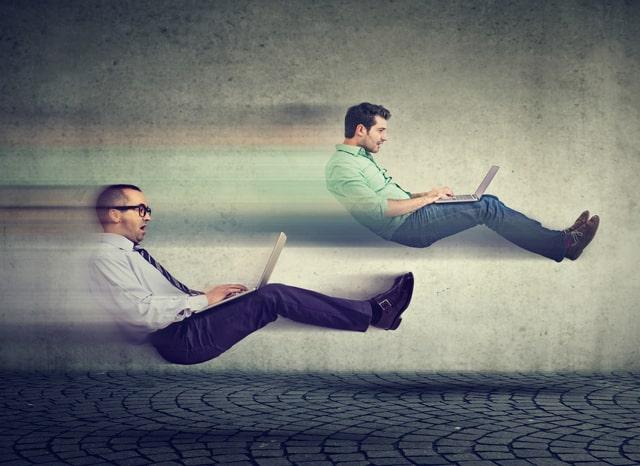 2人の男性がパソコンをしながら拘束で移動する様子