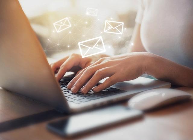 パソコンでメールを確認する人