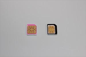 microSIMカードと変換アダプターを用いたnanoSIMカード