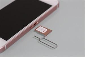 取り出したiPhone SEのSIMトレイ