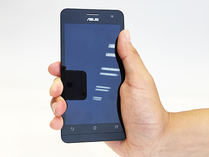Zenfone5を手に持ってみた印象