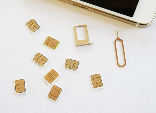 スマホから取り出された複数のSIMカード