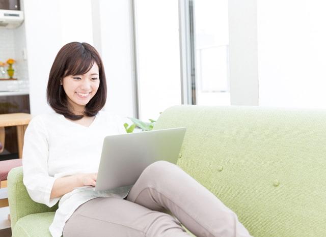パソコンを見てくつろぐ女性