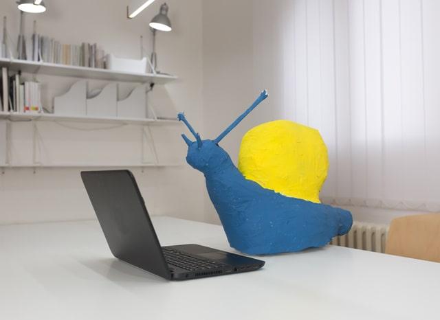 パソコンの近くにあるカタツムリの模型