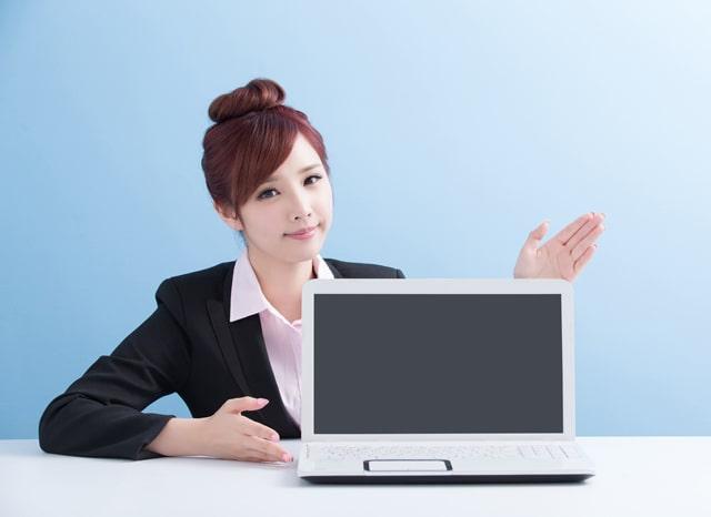 パソコンを紹介する女性
