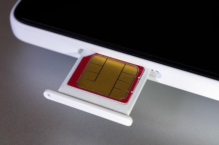 SIMカードをスマホに挿入するイメージ