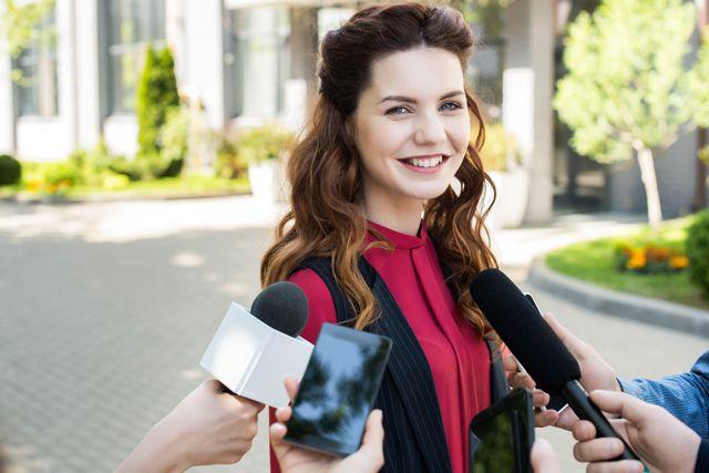 インタビューされる女性