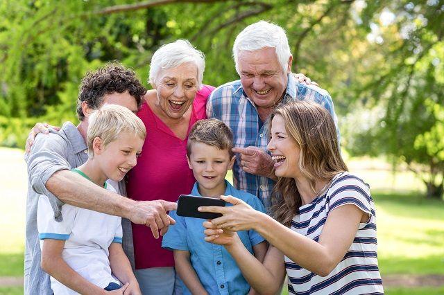外国人の老人と子供6人