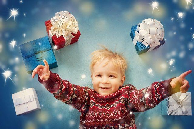 プレゼントボックスに囲まれた笑顔の子供