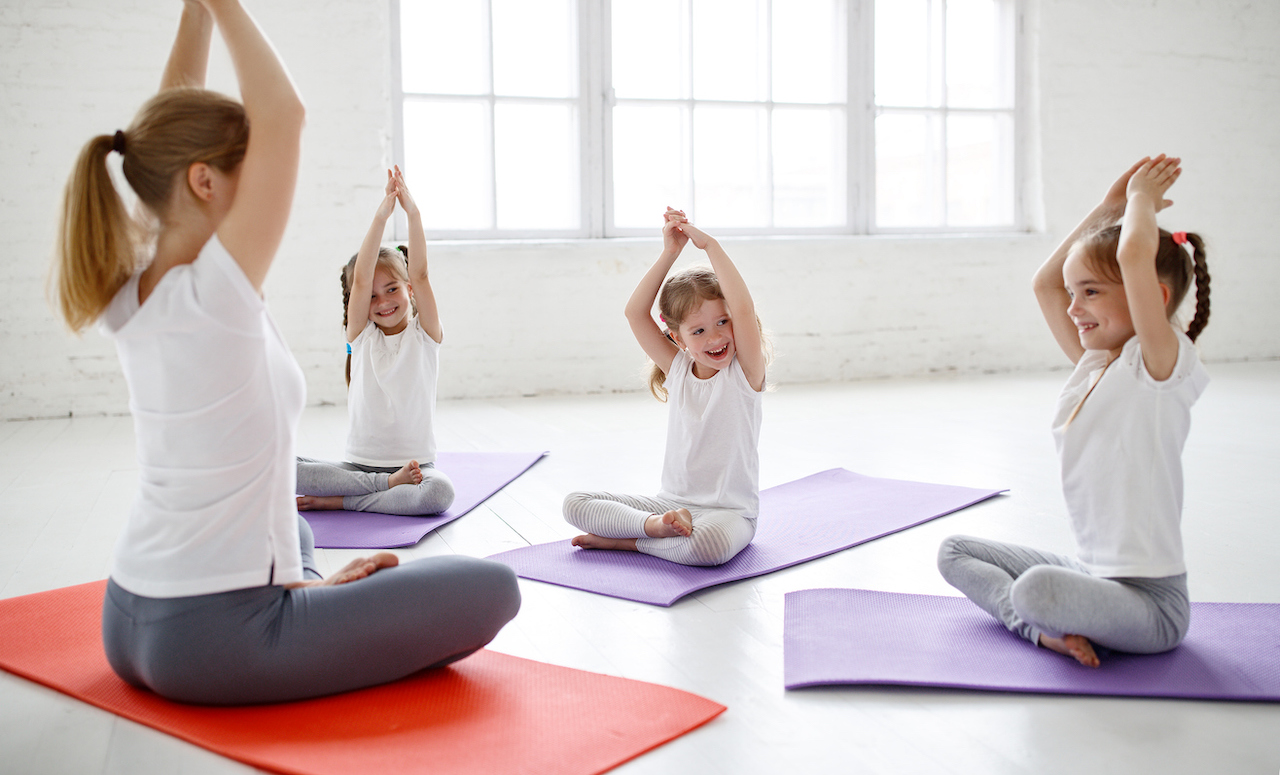 Sports spoit eyecatch child practice yoga and pilates
