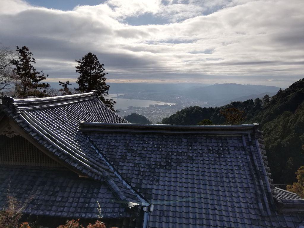 無動寺へ登て大乗院の放出に湖を見やりて「にほてるや凪ぎたる朝に見わたせば漕ぎ行跡の浪だにもなし」