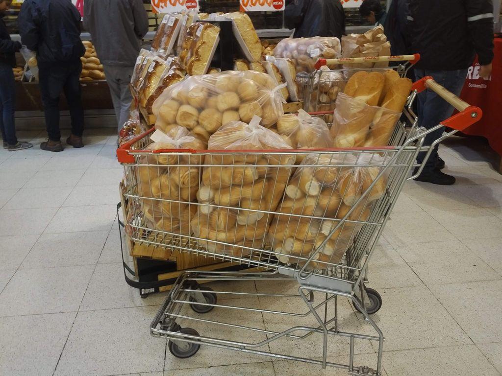 パラグアイで見たパン買い過ぎの人たちと、TOKYOという謎ブランド