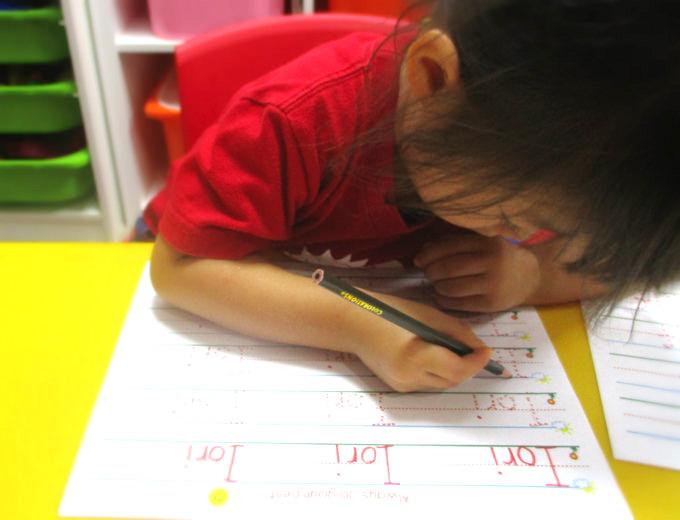 築地・銀座・新富町の英語プリスクール/英語幼稚園・保育園・英語学童・アフタースクール サンシャインキッズアカデミーの文字を書く練習の時間
