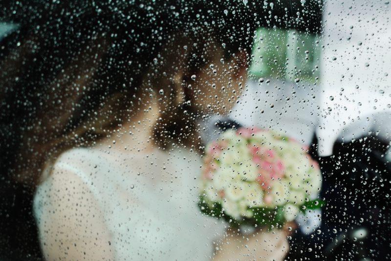 雨 結婚式 言い伝え