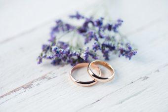 いつからつけ始める? 結婚指輪のタイミング