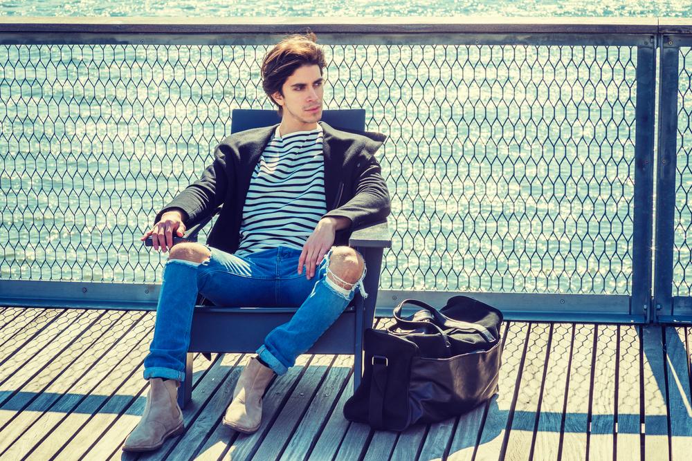 先ほどと同じようにダメージジーンズを取り入れた着こなし。春・夏にペコスブーツを履きたい時の参考になる組み合わせです。