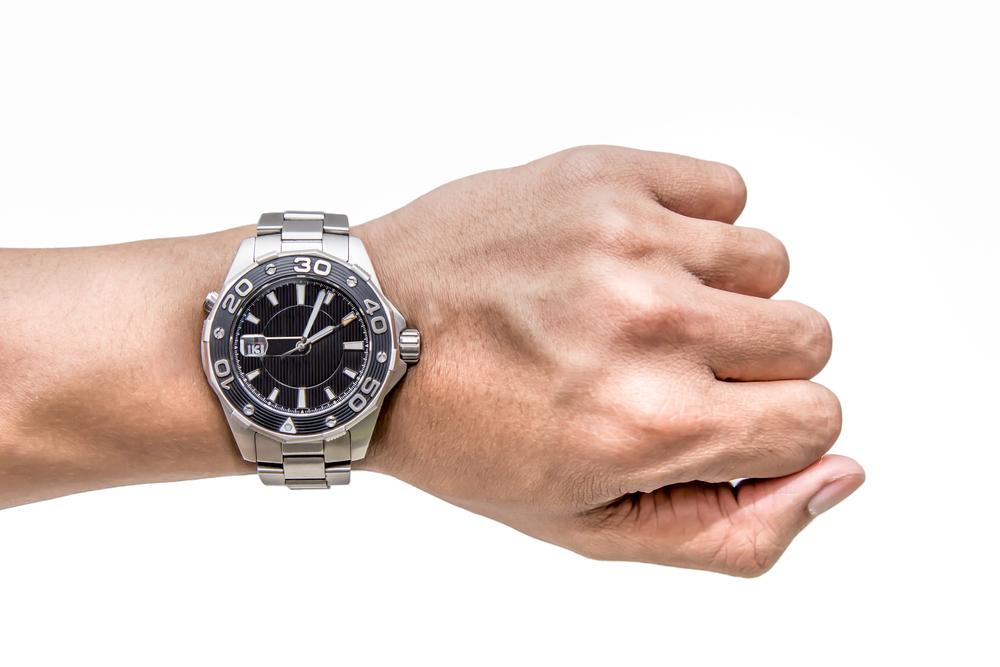 大人の重厚さを!メタルバンドの腕時計で周りと差をつける!