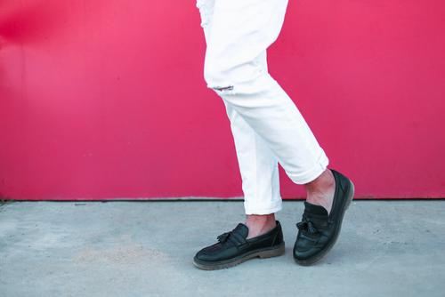 周囲の注目を集めるホワイトデニムの選び方とおすすめの着こなし
