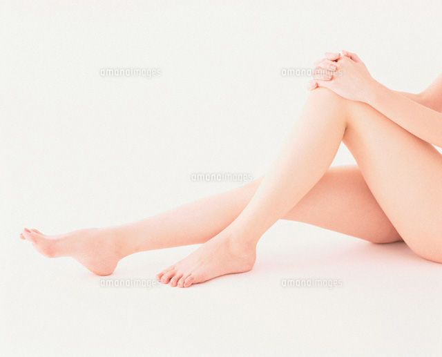 ひざを抱えた女性の足00160010021の写真素材イラスト素材アマナ