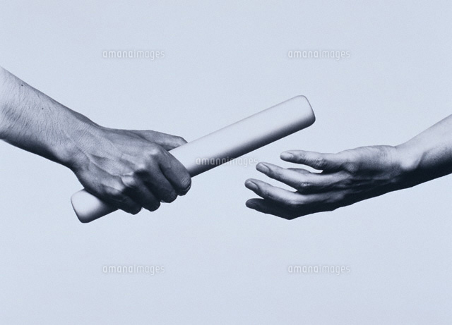 手から手にバトン Bw00162000097zの写真素材イラスト素材アマナ