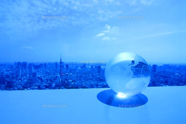 ガラスの地球儀と東京の風景[002...