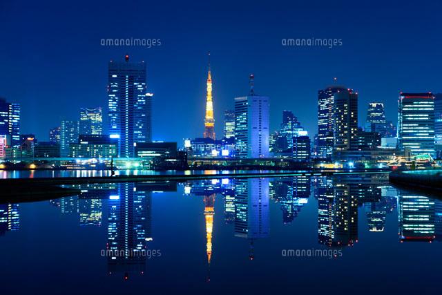 水鏡に映る東京タワーとビル群の夜景