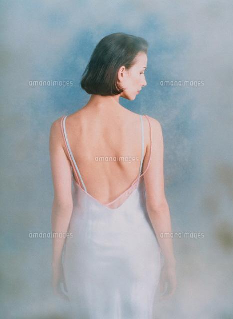 白のドレスの外国人女性の後姿[00584010024]の写真素材・イラスト素材|アマナイメージズ