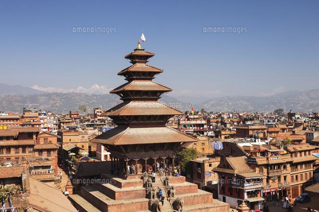 ヒマラヤ山脈を望むニャタポラ寺...