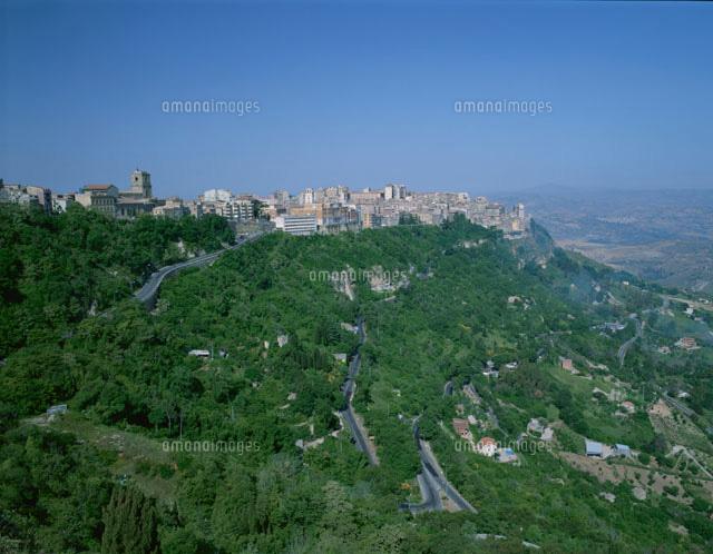 丘と街並みの遠景 エンナ シチリ...