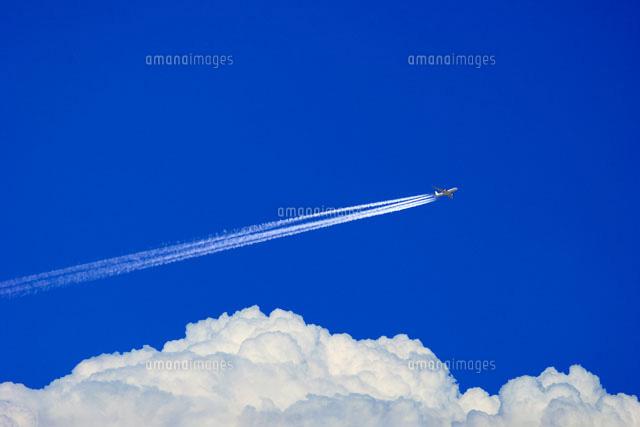 夏雲の上の飛行機雲01176010606の写真素材イラスト素材アマナ