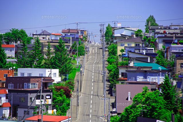 住宅地の急な坂道01176010753の写真素材イラスト素材アマナイメージズ