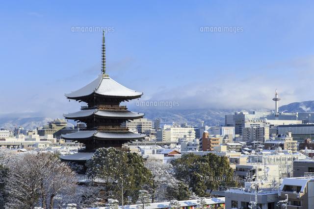 雪の東寺五重塔と京都タワー01216008302の写真素材イラスト素材