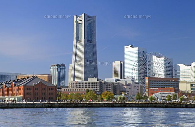 横浜ランドマークタワーと赤レンガ倉庫01335035396の写真素材
