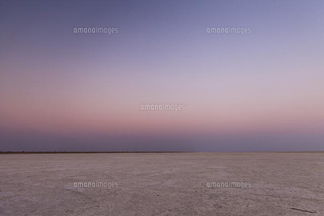 夕暮れのマカディカディ塩湖[014...