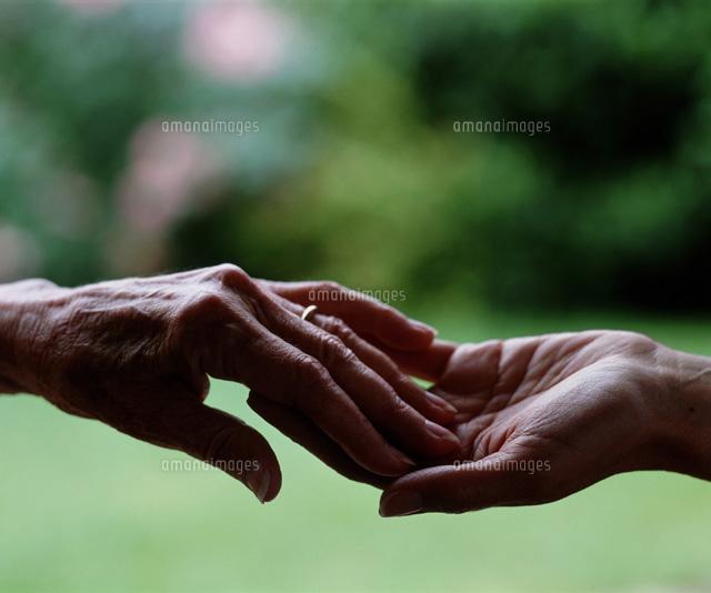 手をとる老人01809010234の写真素材イラスト素材アマナイメージズ