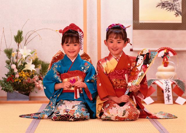 お正月に着物を着た女の子2人 の写真素材 イラスト素材 アマナイメージズ