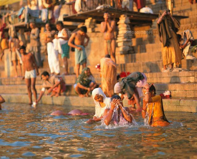 ガンジス川で沐浴する人 バラナ...