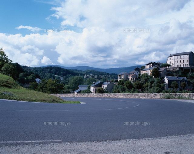 町並みとカーブする道路 中央高...