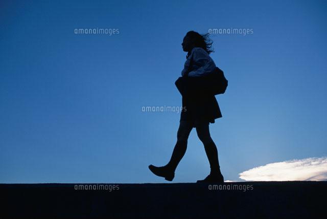 歩く女の子のシルエットと空02208000956の写真素材イラスト素材