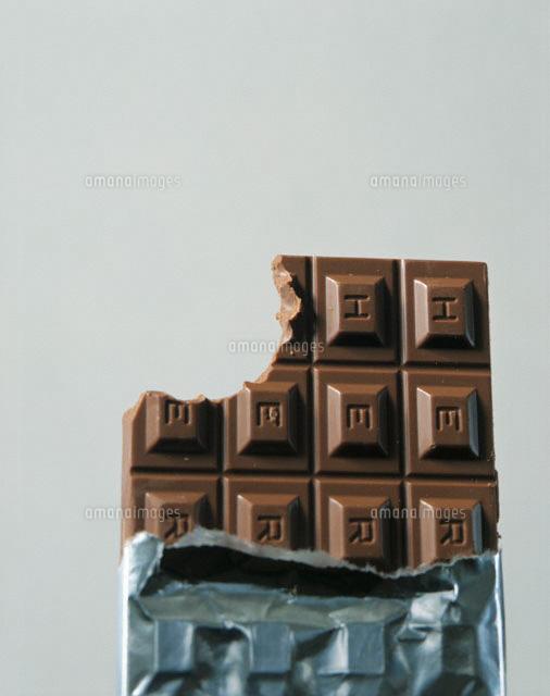 81e4372234 かじったチョコレートと銀紙[02212000029]の写真素材・イラスト素材 ...