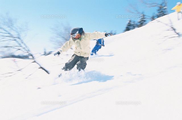 ゲレンデを滑る日本人スノーボーダー02234000045の写真素材イラスト