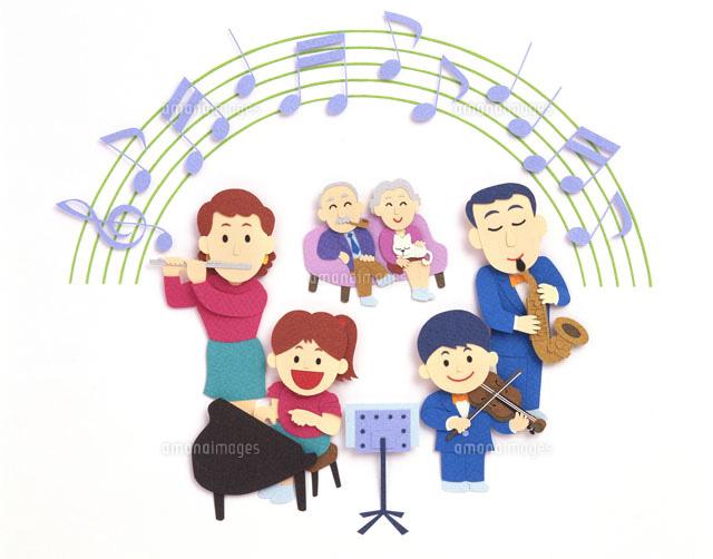 演奏会を楽しむ三世代家族02237010202の写真素材イラスト素材