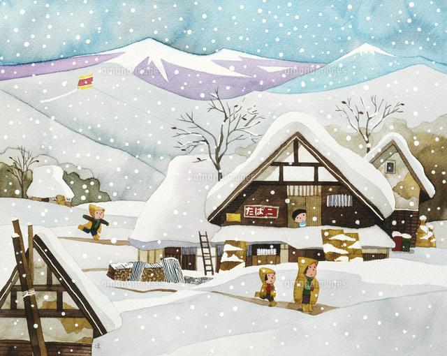 積雪の集落の中を歩く親子02237013493の写真素材イラスト素材